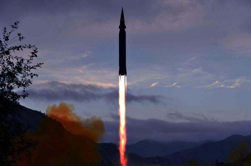 Coreia do Norte confirma teste e divulga foto de míssil Hwasong-8