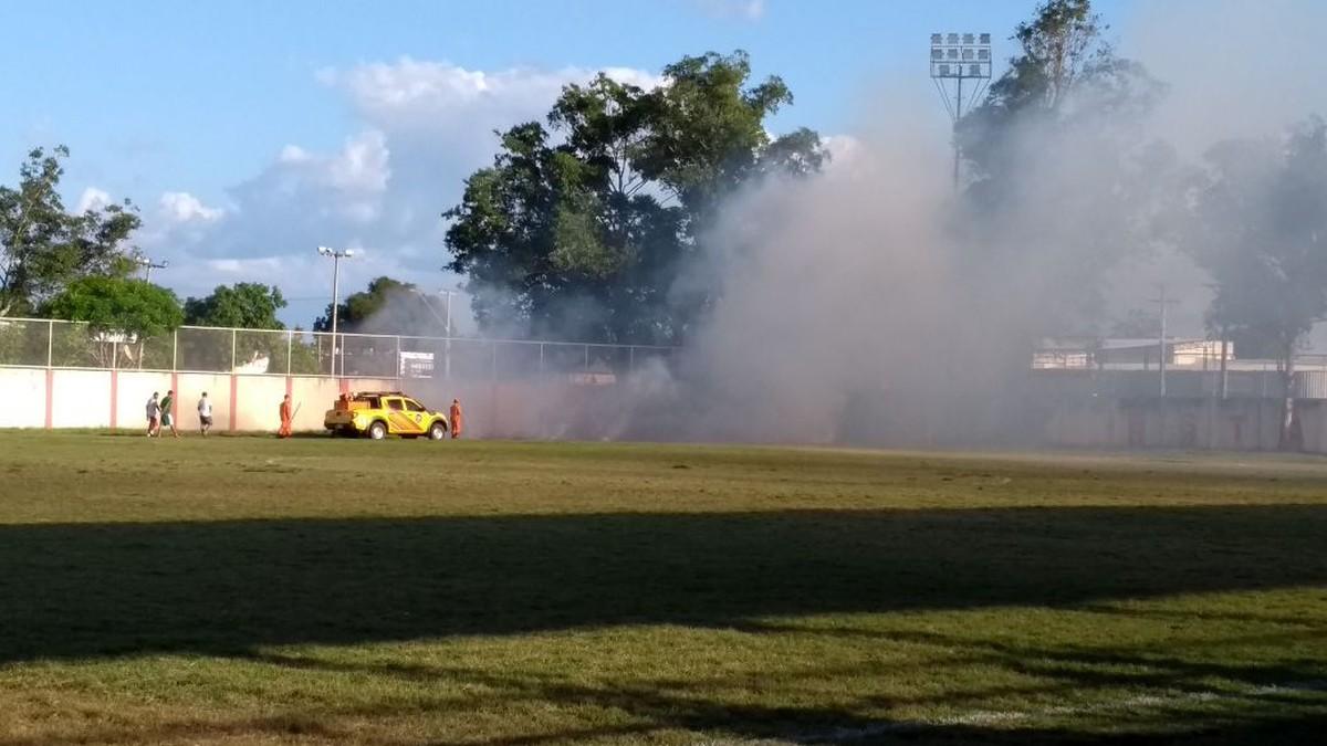 Faíscas de fogos de artifício causam incêndio em grama de estádio em Boa Vista