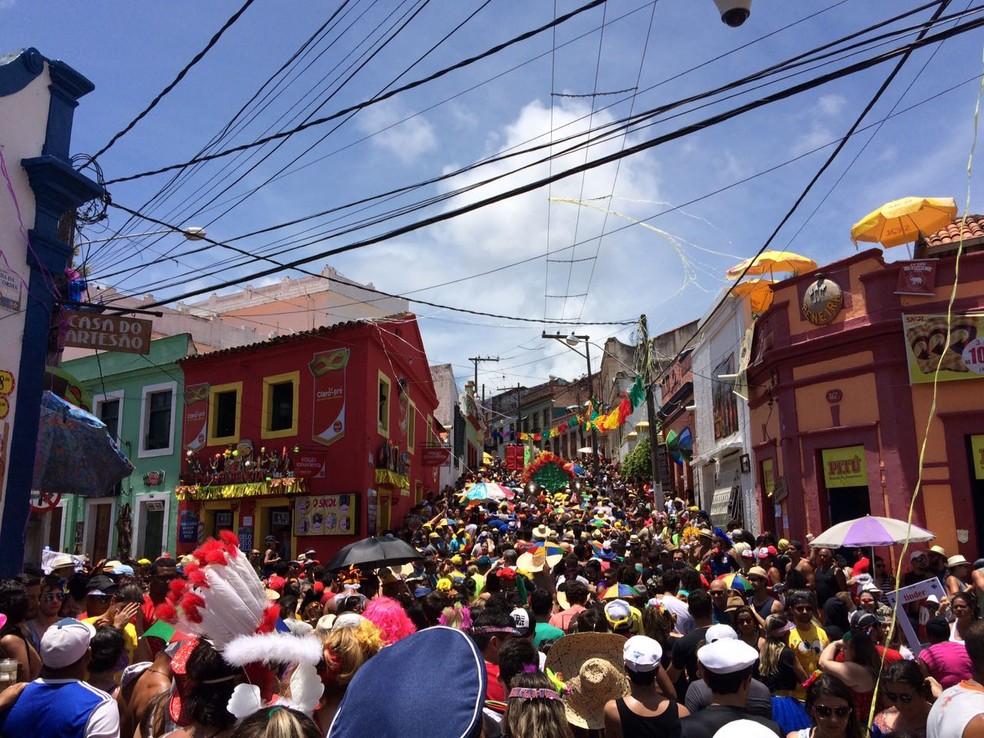 Multidão segue desfile da Pitombeira, em Olinda — Foto: Lorena Andrade/G1