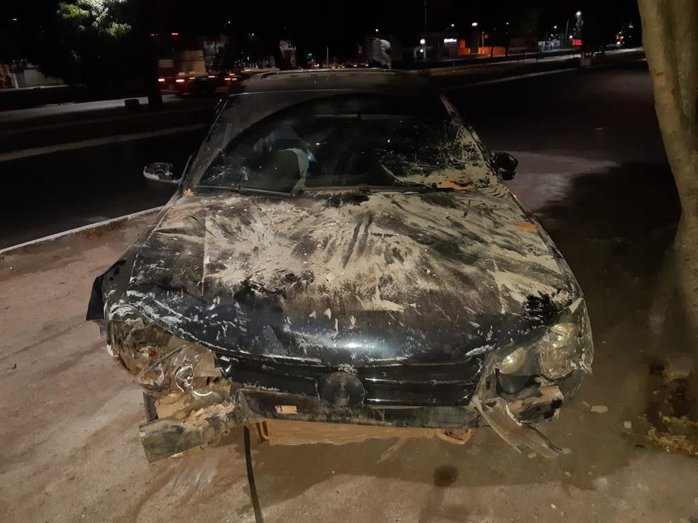 Após o acidente, veículo ficou bastante destruído. Motorista saiu com poucos ferimentos devido o acionamento dos 'airbags' — Foto: Divulgação/PRF