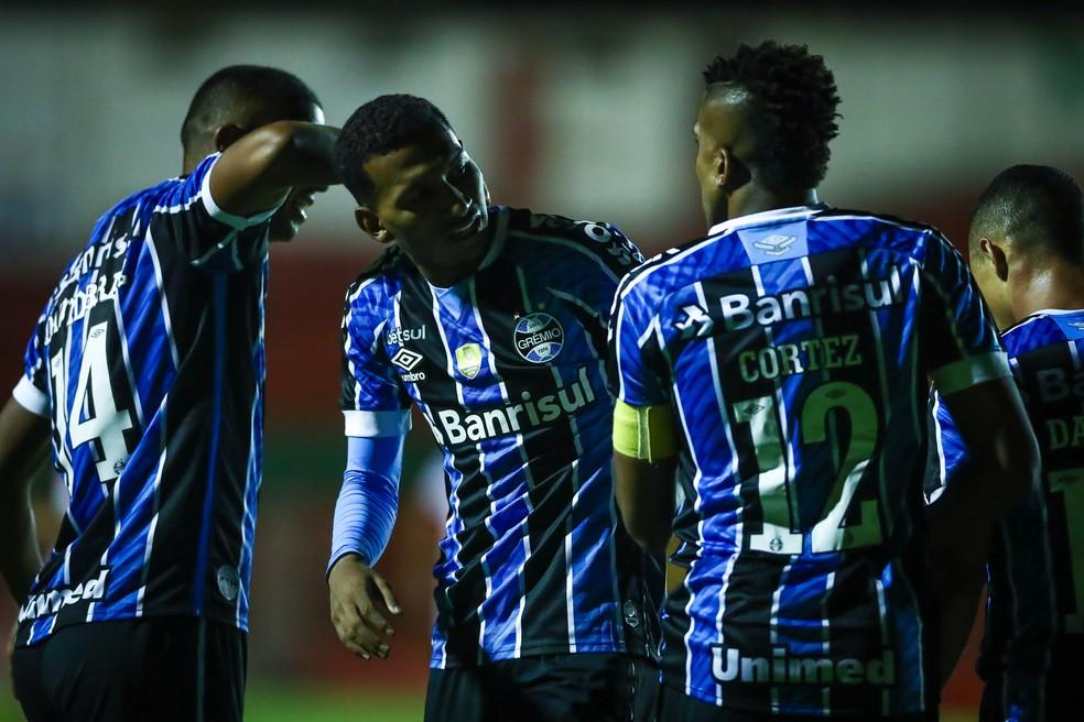 Léo Chú comemora gol de empate do Grêmio contra o São Luiz junto de Cortez e David Braz — Foto: Lucas Uebel/DVG/Grêmio