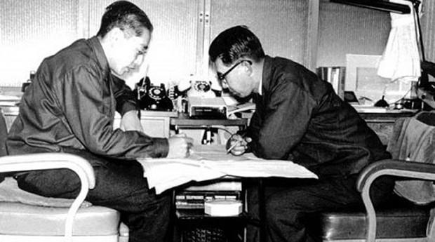 A Sony começou como uma oficina de conserto de rádio em Tóquio, em 1945, fundada por Masaru Ibuka (à direita) e Akio Morita (à esquerda)  (Foto: Reprodução)