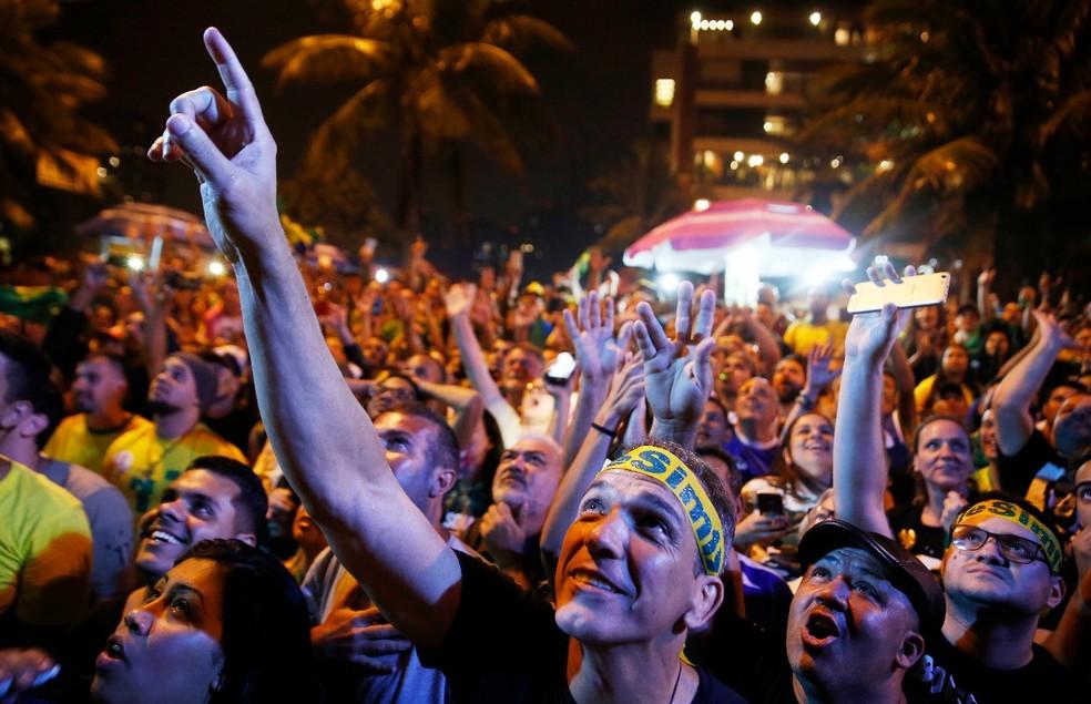 Festa na Barra da Tijuca, Rio, após a eleição de Jair Bolsonaro — Foto: Marcos Serra Lima/G1