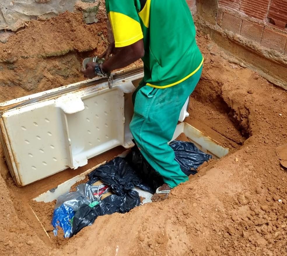Cocaína estava enterrada em um terreno no bairro de Coutos, em Salvador (Foto: SSP/ Divulgação)