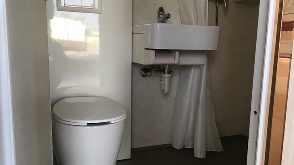Minicasa traz banheiro químico para não poluir o meio ambiente — Foto: Reprodução/Amazon