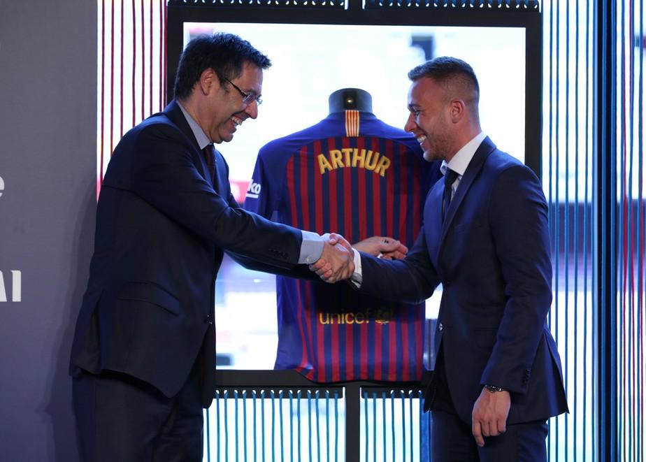 Arthur é aprovado nos exames médicos e assina contrato com o Barcelona