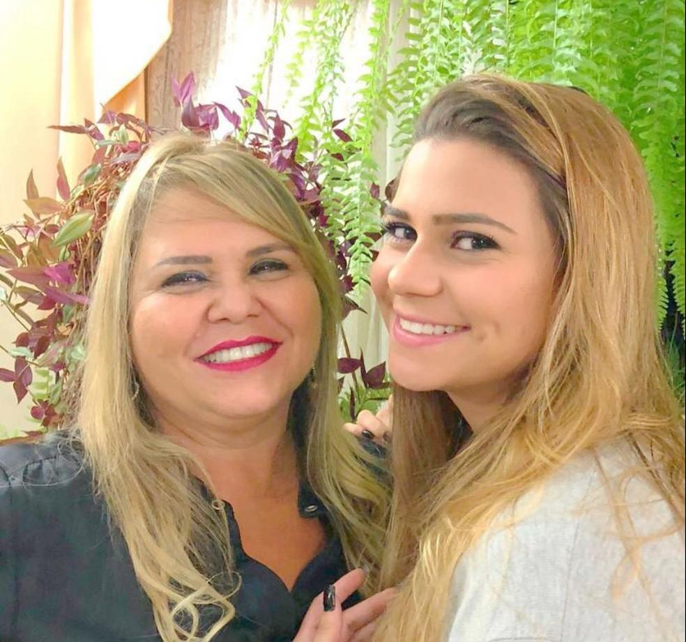 Raiane Vieira, de 23 anos ao lado de sua mãe Eleusa Lucia Vieira, de 56 anos — Foto: Raiane Vieira/Arquivo pessoal