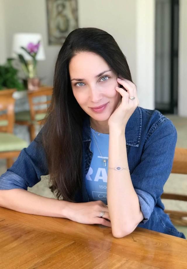 Patricia Barros exibe a pulseira de olho grego que ganhou da irmã, a modelo Ana Beatriz Barros (Foto: divulgação)
