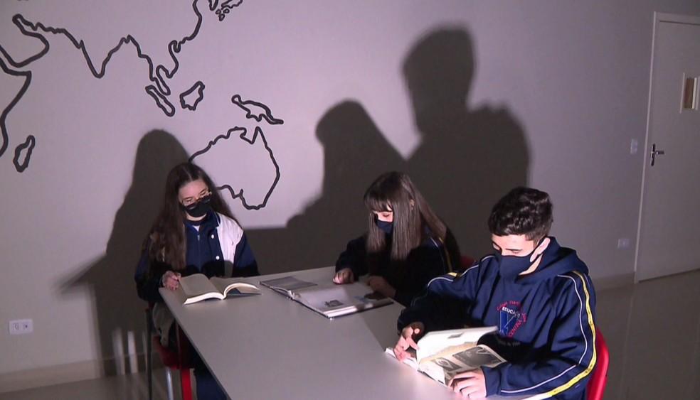 O estudante participa de um grupo de estudos na escola. — Foto: Reprodução/RPC