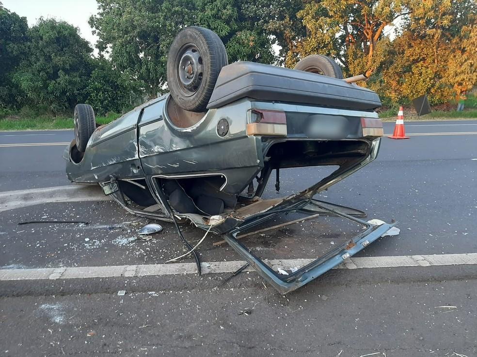 Quatro tiveram ferimentos leves após capotamento em rodovia de Herculândia — Foto: Diego Pereira/Mais Tupã