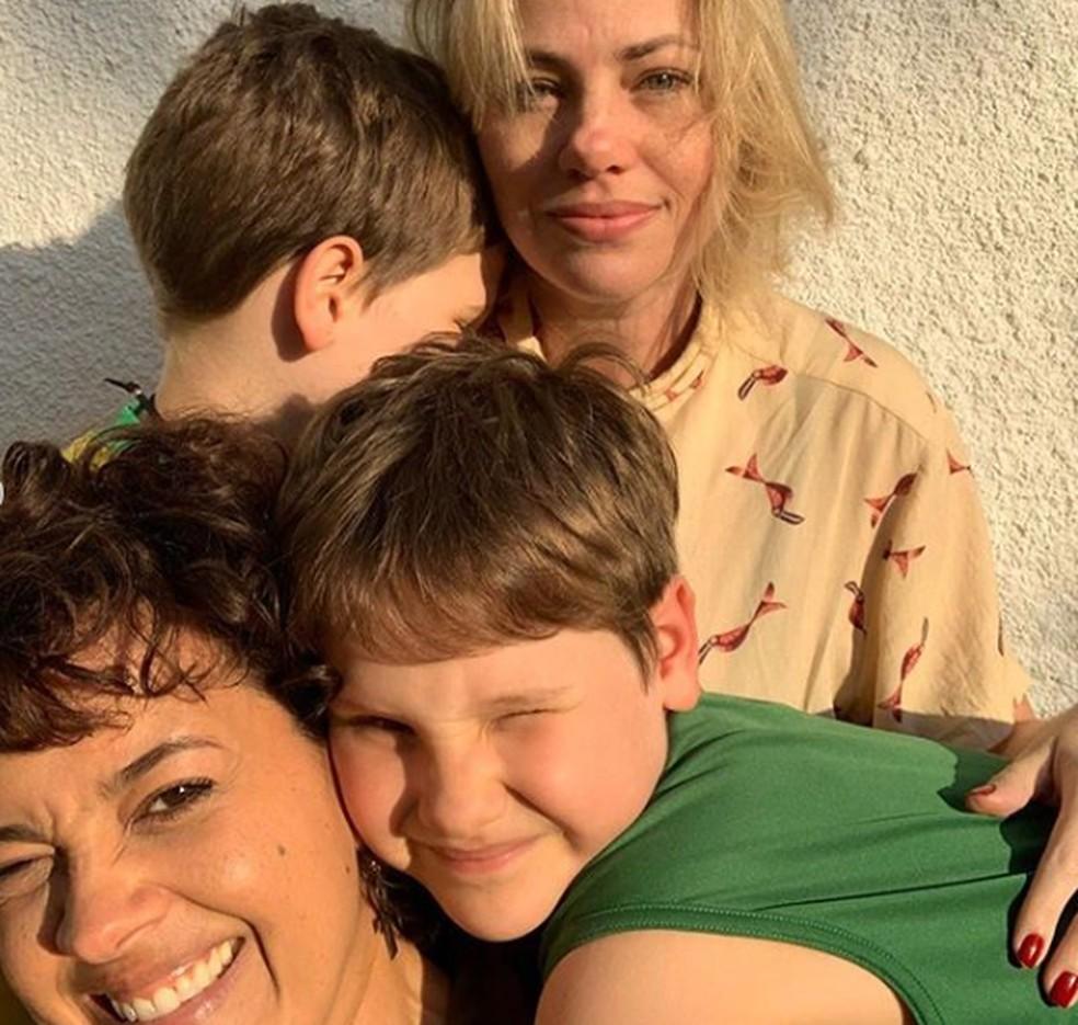 Maeve Jinkings em dia de família com Karine Teles e os filhos da atriz de 'Malhação - Toda Forma de Amar' — Foto: Reprodução/Instagram