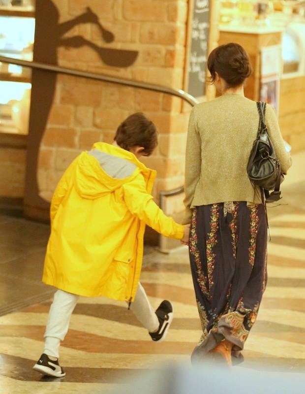 Débora Falabella passeia em shopping com Nina (Foto: AgNews)