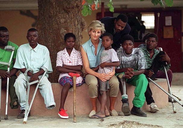 LUANDA, ANGOLA - JANUARY 14:  Diana, Princess Of Wales, With Children Injured By Mines At Neves Bendinha Orthopaedic Workshop In Luanda, Angola.  (Photo by Tim Graham Photo Library via Getty Images) (Foto: Tim Graham Photo Library via Get)