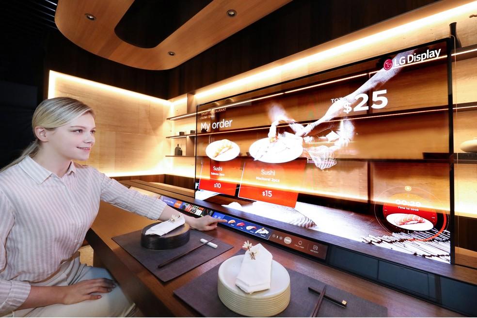 LG demonstra tela OLED com 40% de transparência. — Foto: Divulgação/LG