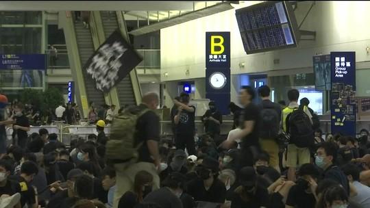 Aeroporto de Hong Kong reabre após protestos