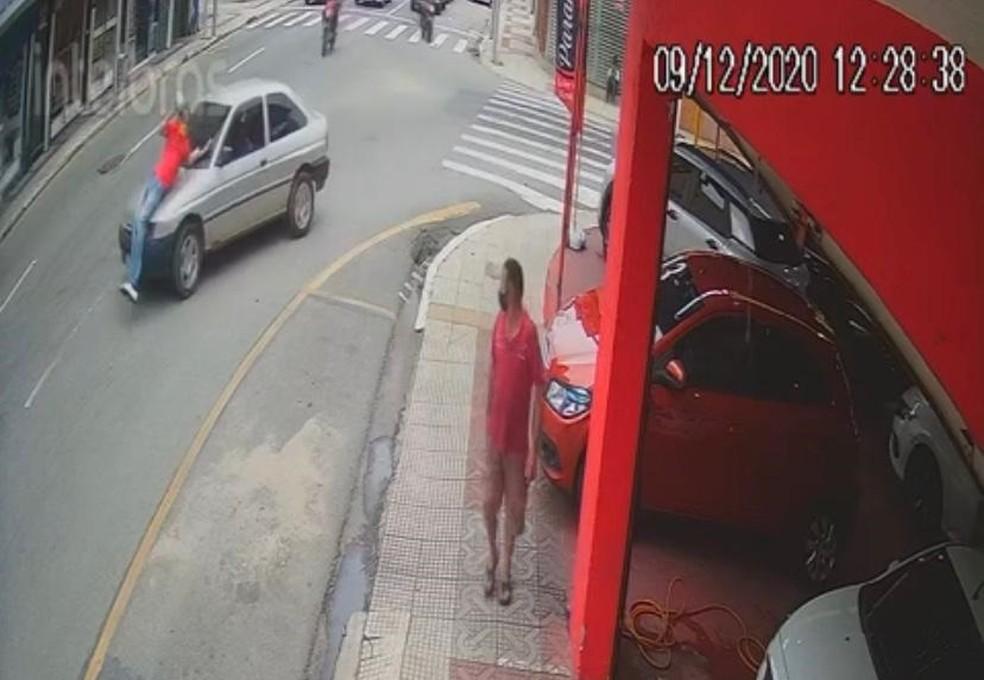 Momento em que carro atropela a vítima — Foto: Reprodução/Redes sociais