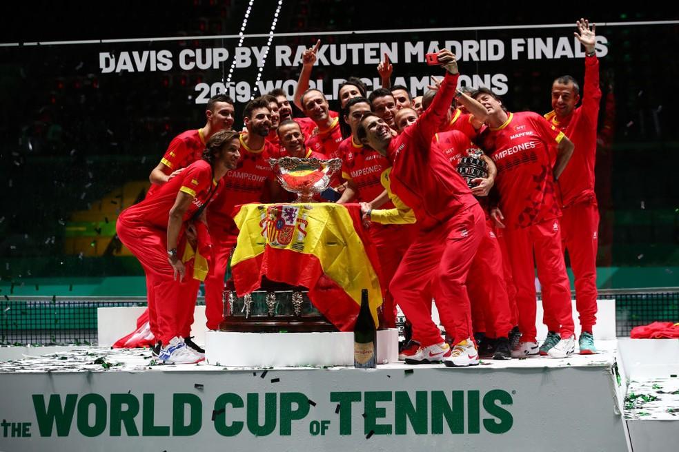 Espanha com o troféu da Copa Davis — Foto: Clive Brunskill/Getty Images