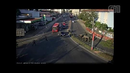 Criminosos sofrem acidente de moto durante perseguição de militares em Niterói, RJ, e são presos