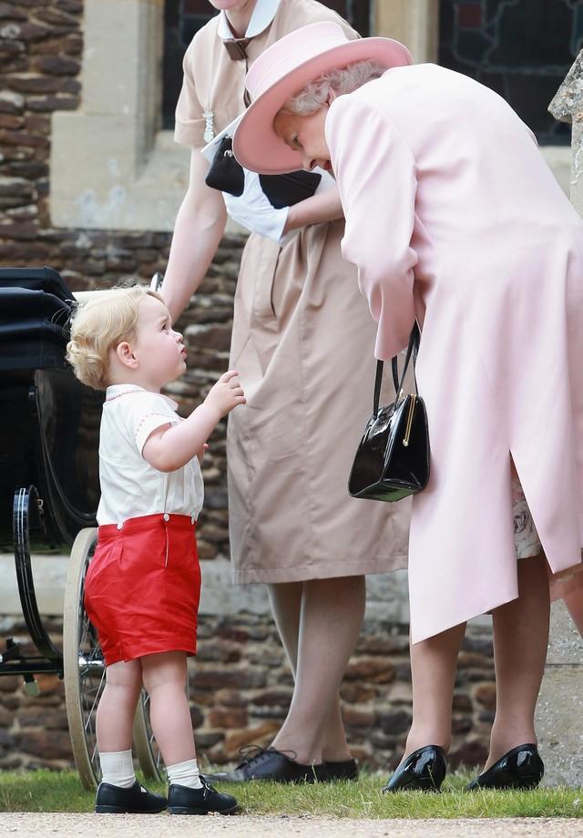 Príncipe George em um bate papo com a Rainha Elizabeth II (Foto: Getty Images)