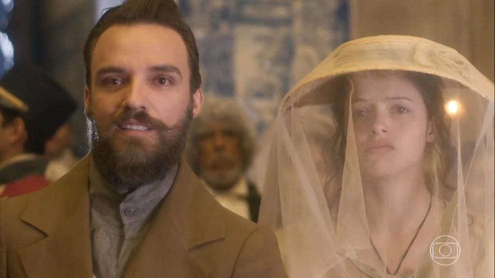 Francisco (Alex Morenno) prevê Domitila (Agatha Moreira) e Dom Pedro (Caio Castro) juntos num futuro próximo, em 'Novo Mundo' — Foto: TV Globo