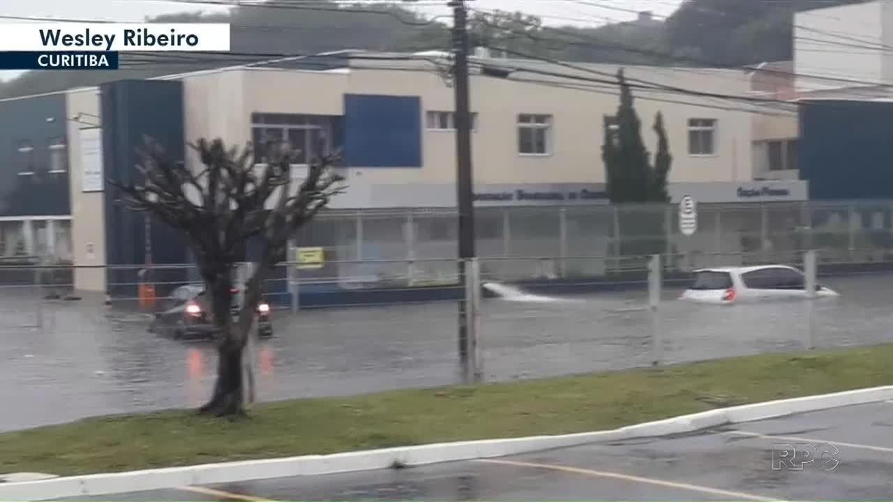 Chuva causa alagamentos em Curitiba e na região central do estado