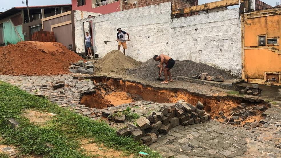 Buraco cedeu no bairro Felipe Camarão e abriu uma cratera — Foto: Mariana Rocha/Inter TV Cabugi