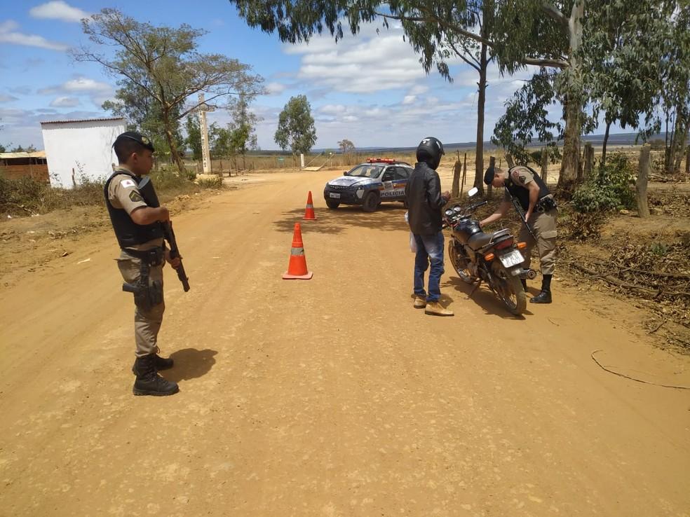 Veículos e condutores também foram abordados na região do Alto Rio Pardo — Foto: Polícia Militar/Divulgação