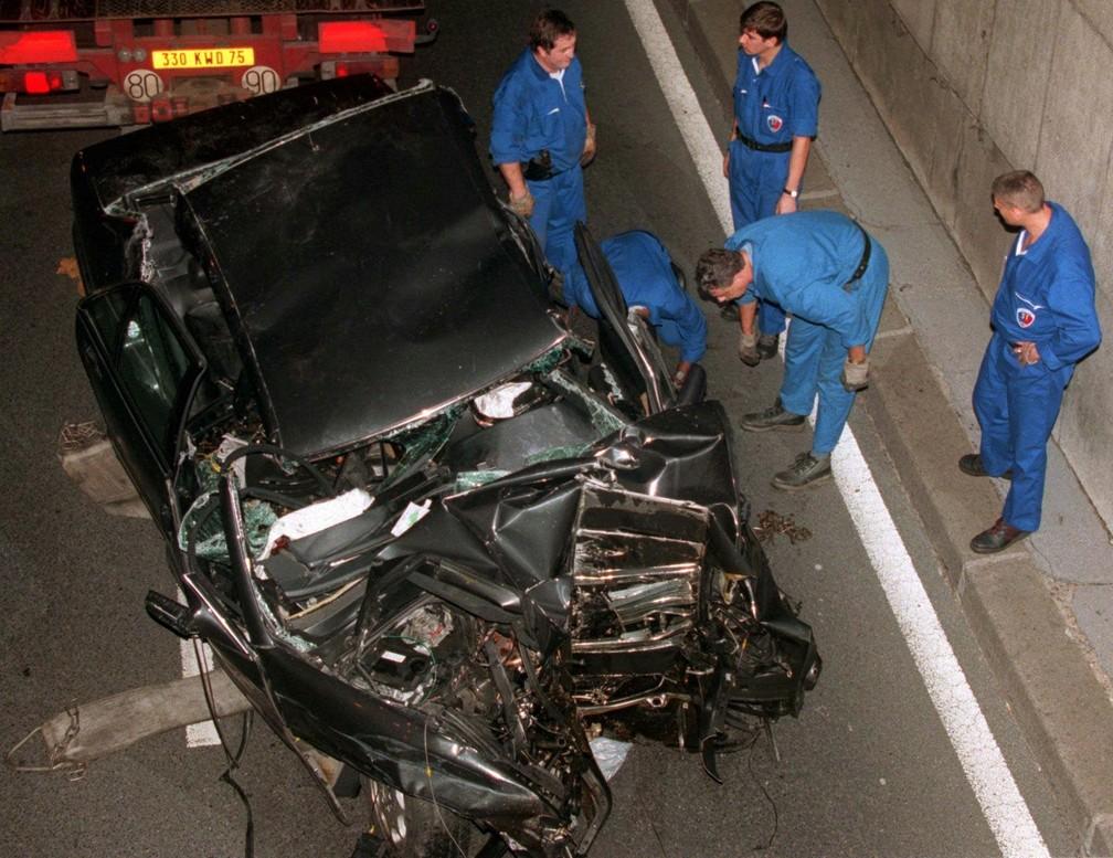 Peritos examinam carro onde a princesa Diana morreu em acidente, no dia 31 de agosto de 1997 (Foto: AP Photo/Jerome Delay, File)
