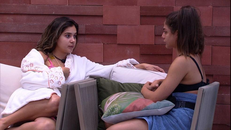 Gizelly e Mari conversam na área externa — Foto: Globo