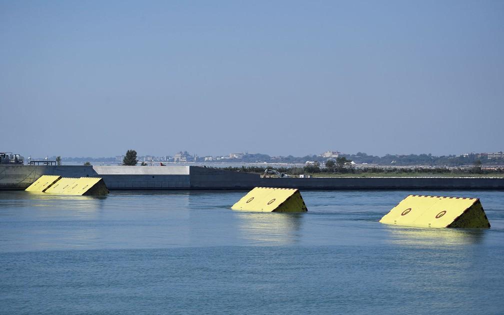 Barreiras móveis amarelas são vistas na superfície da água durante testes do projeto Mose, em Veneza, na Itália, na sexta-feira (10) — Foto:  Reuters/Flavio Lo Scalzo