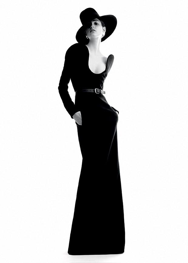 Moda YSL - Camille  Hurel usa vestido e chapéu  de lã, brincos de metal e cristal e cinto de couro (Foto: Divulgação da Saint Laurent)