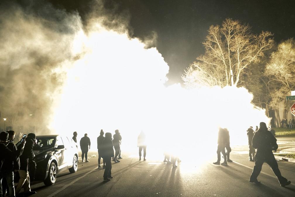 Bombas de luz são usadas pela polícia para dispersar a multidão reunida para protestar contra a morte de Daunte Wright, de 20 anos, em 11 de abril de 2021 — Foto: Carlos Gonzalez/Star Tribune via AP