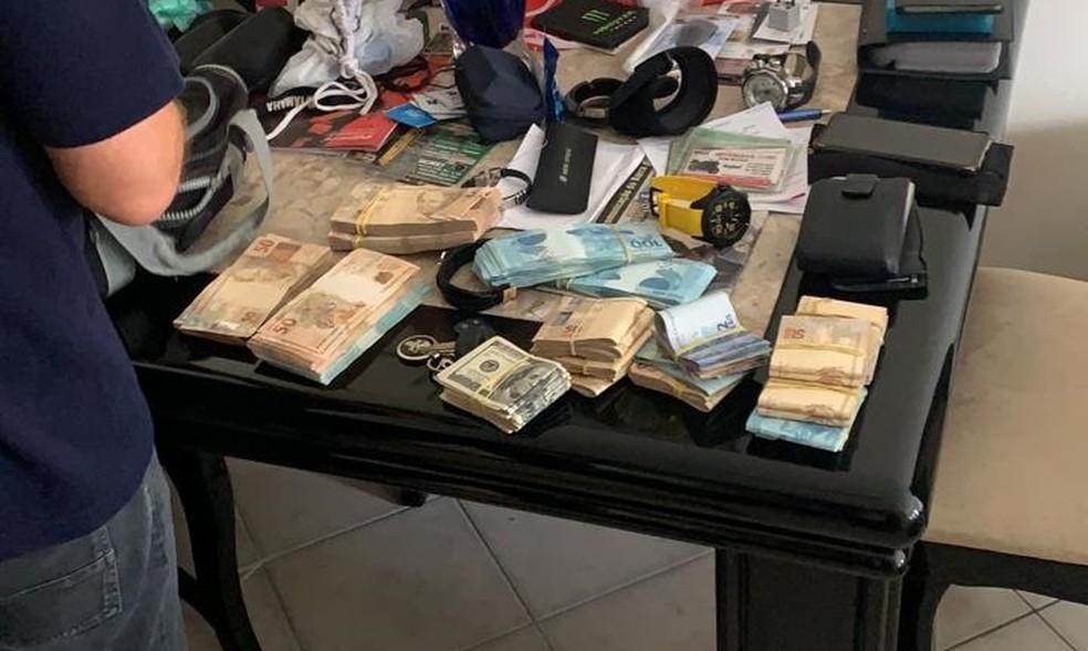 Polícia apreende dinheiro em espécie na casa de alvo da Operação Lava Jato no Rio — Foto: Reprodução