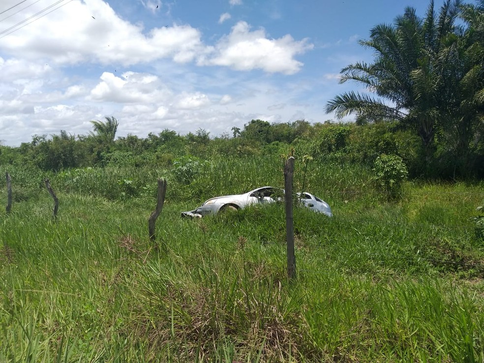 Outro carro envolvido no acidente foi jogado para fora da pista, às margens da AL-101 Norte — Foto: Divulgação/Corpo de Bombeiros