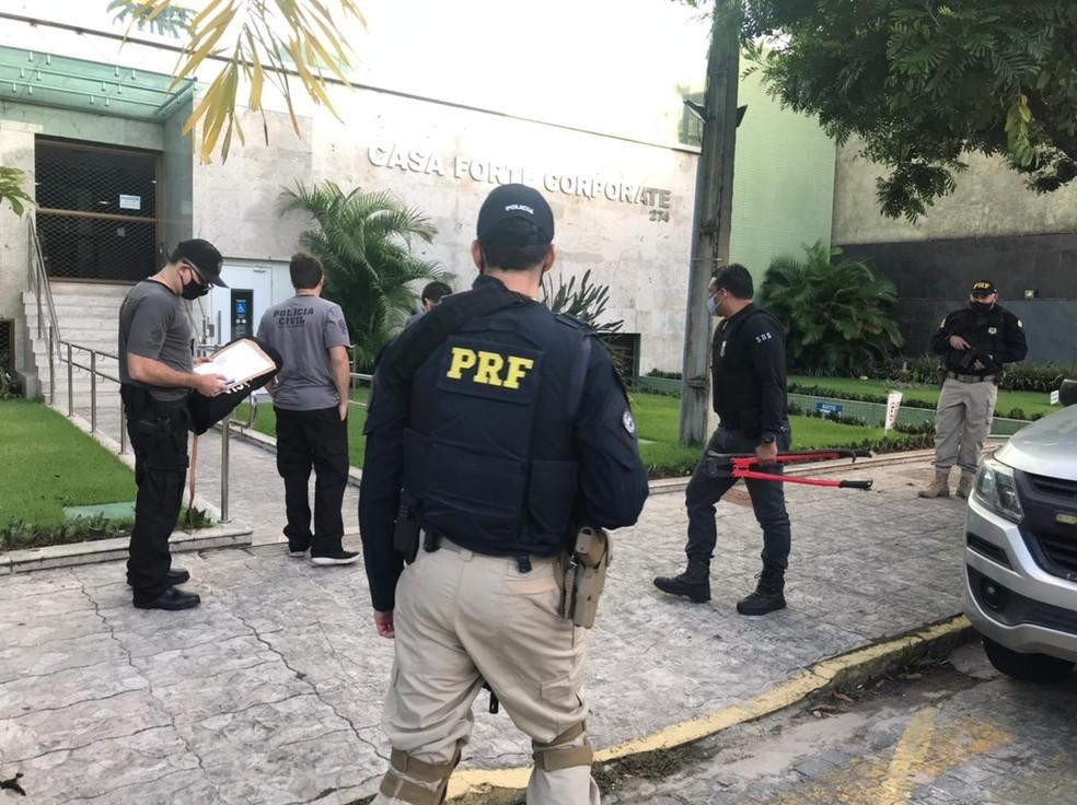 Policiais civis e rodoviária federal cumprem mandados em empresarial localizado na Rua do Chacon, na Zona Norte do Recife, nesta quinta-feira (22), dentro de operação que investiga golpe de oferta de vacina — Foto: PRF/Divulgação