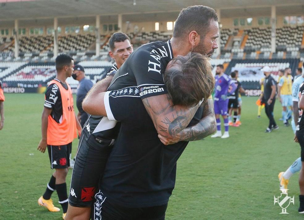 Sá Pinto abraça Castan após vitória do Vasco sobre o Santos — Foto: Rafael Ribeiro/Vasco