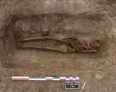 Arqueólogos desvendam enigma de covas reabertas na Europa há 1,4 mil anos