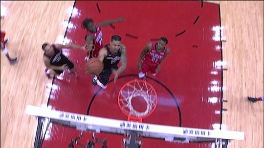 Green faz bela infiltração e acerta o arremesso de bonificação. Pelicans 22 x 45 Rockets