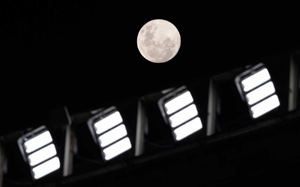A Lua atrás dos refletores do estádio Monumental, em Buenos Aires, durante jogo entre River Plate e Fluminense — Foto: Juan Mabromata / Reuters