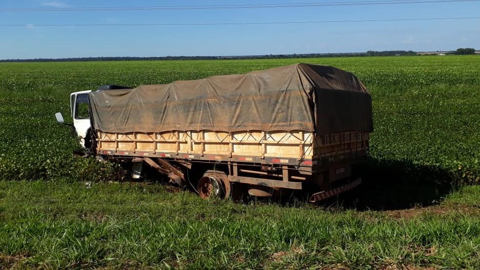 Condutor do caminhão não teve ferimentos — Foto: Bruno Bortolozo/TVCA