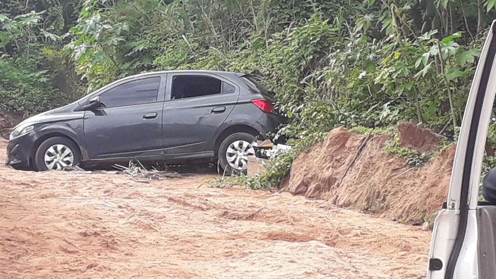 Automóvel em que estava os criminosos que atiraram no PM da reserva na Grande Natal estava com placas clonadas do estado de Minas Gerais e tinha queixa de roubo — Foto: Julianne Barreto/Inter TV Cabugi