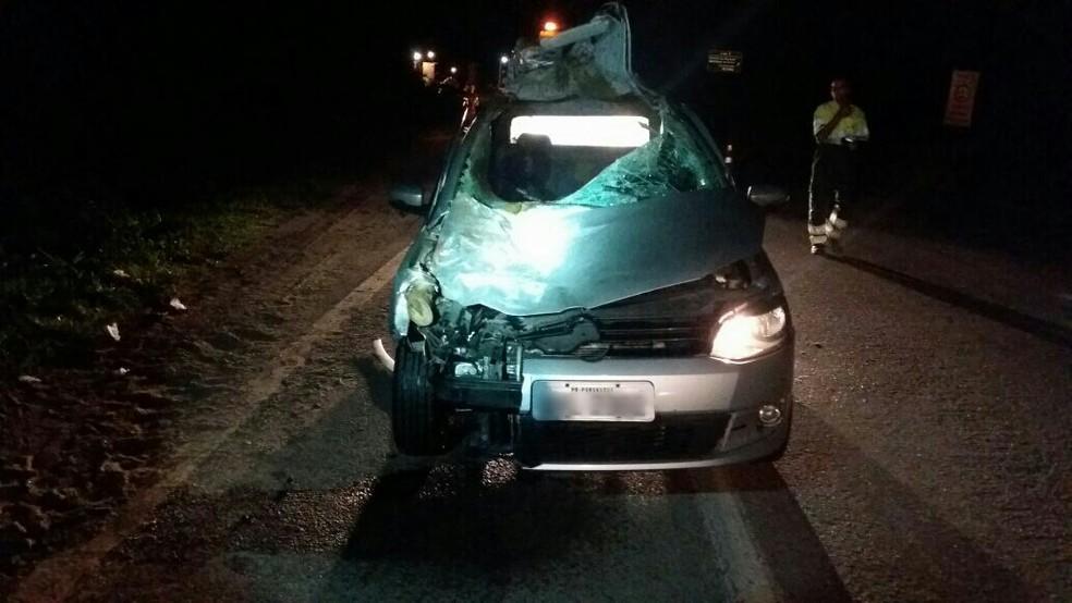 Com a força da pancada, parte do teto do carro foi arrancada (Foto: Divulgação/PRF)