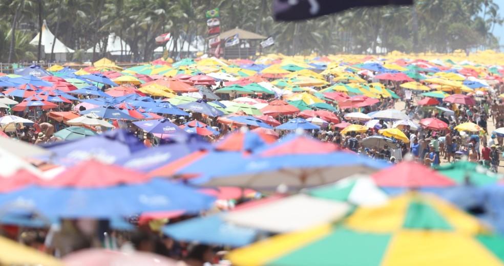 Comerciantes tomaram conta da Praia de Boa Viagem, na Zona Sul do Recife, nesta segunda (7) — Foto: Marlon Costa / Pernambuco Press