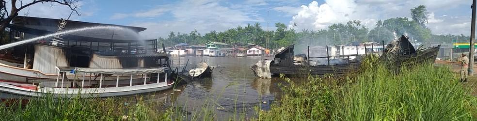 Quatro embarcações foram destruídas totalmente no Rio Amazonas; uma quinta também foi atingida pelas chamas — Foto: John Pacheco/G1