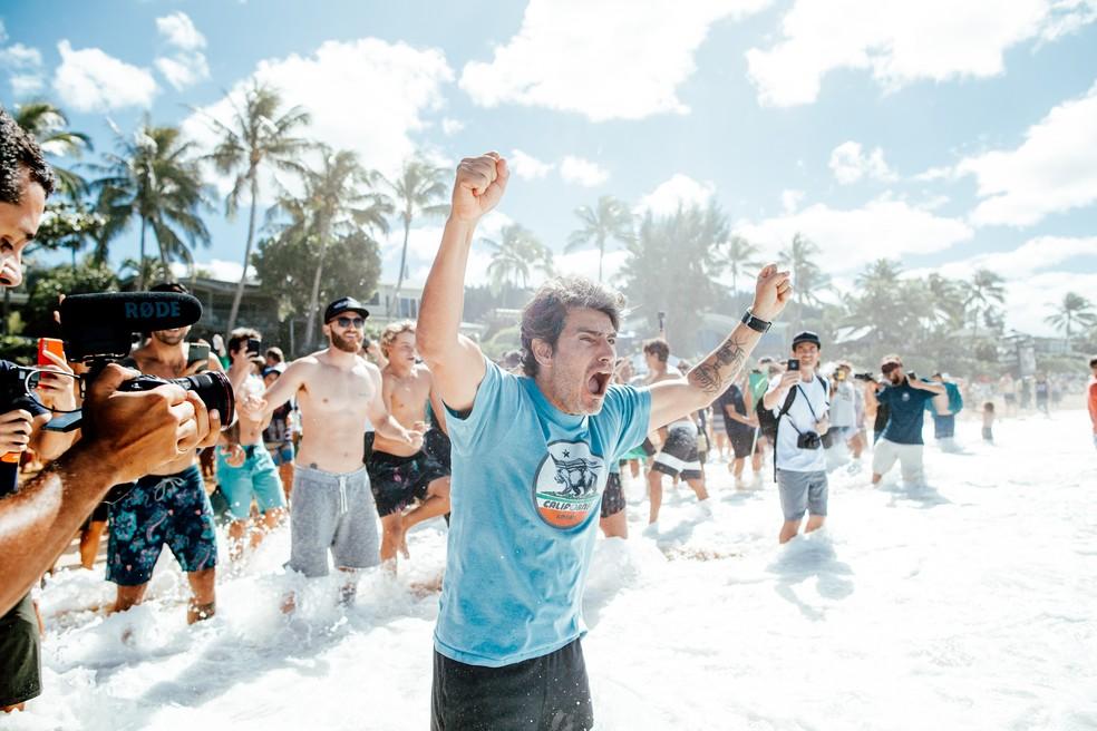 Charles Saldanha comemora na areia — Foto: WSL/Sloane
