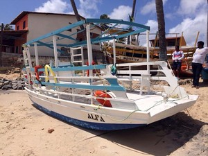 Jangada virou depois de ser atingida por uma onda (Foto: Matheus Magalhães/Inter TV Cabugi)