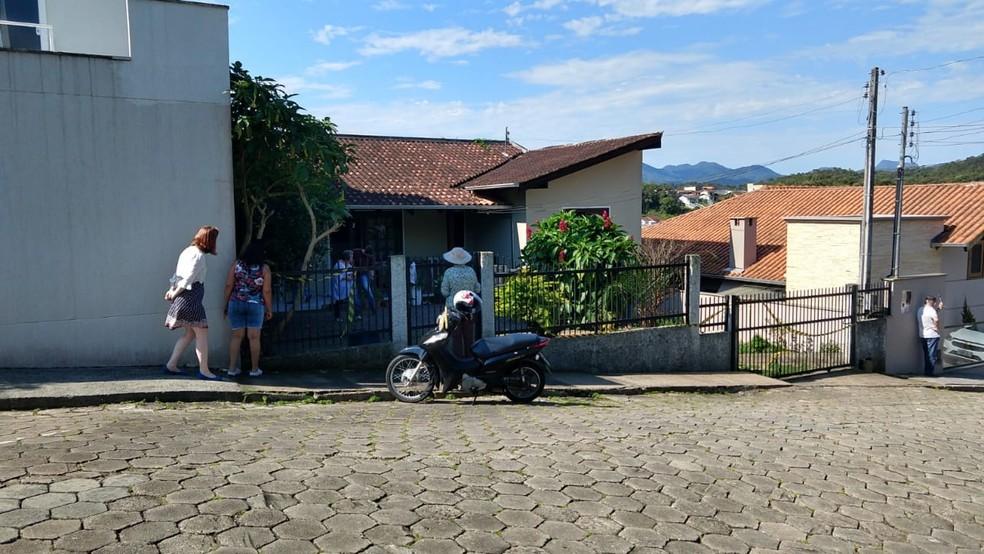 Corpo de Marise é encontrado em casa de Blumenau nesta sexta-feira (18) — Foto: Beto Espercot/NSC TV