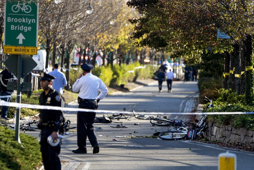 Bicicletas são vistas  após atropelamento em série em Nova York  (Foto: Craig Ruttle / AP Photo)