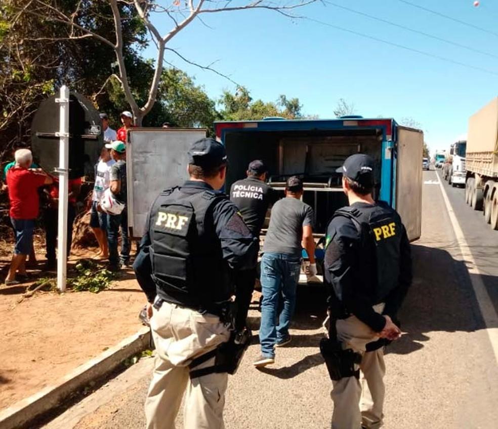 PRF e agentes do IML recolhendo o corpo da vítima do acidente na BR-242, na Bahia (Foto: Jadiel Luiz/Blog Sigi Vilares)