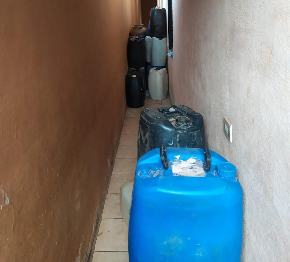 Depósito onde a gasolina era guardada pelos suspeitos em Guajará — Foto: PF/Reprodução